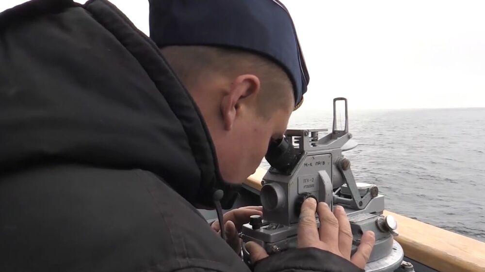 """Żołnierz marynarki wojennej Rosji obserwuje próbę międzykontynentalnej rakiety balistycznej """"Buława"""" z okrętu podwodnego """"Jurij Dołgorukij"""