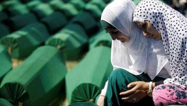 Muzułmańskie kobiety w kolejce do pochówku ofiar ludobójstwa w Srebrenicy - Sputnik Polska