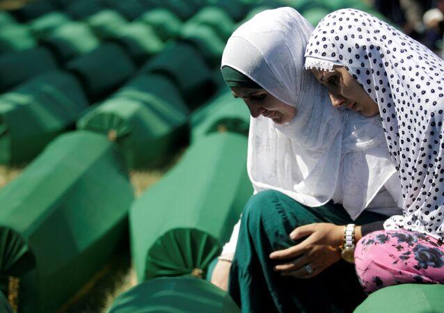 Muzułmańskie kobiety w kolejce do pochówku ofiar ludobójstwa w Srebrenicy
