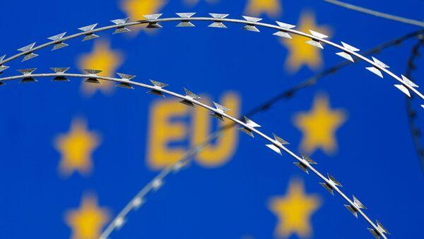Flaga Unii Europejskiej za drutem kolczastym - Sputnik Polska