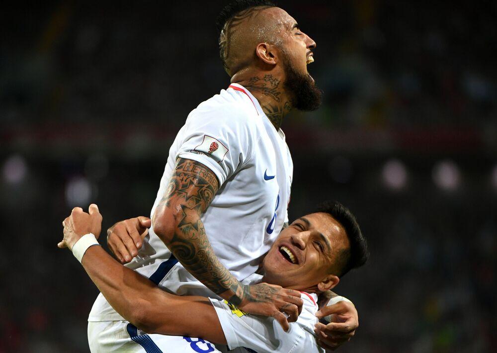 Arturo Vidal (Chile) i Alexis Sanchez (Chile) cieszą się ze zdobytej bramki podczas meczu Pucharu Konfederacji 2017 w piłce nożnej między reprezentacjami Kamerunu i Chile