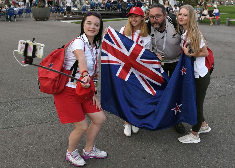 Kibice reprezentacji Nowej Zelandii robią selfie przed rozpoczęciem meczu Pucharu Konfederacji 2017 między reprezentacjami Meksyku i Nowej Zelandii