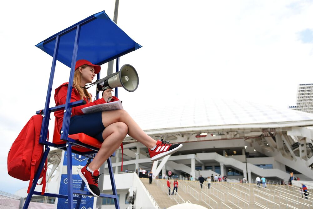 """Wolontariuszka obok stadionu """"Fiszt"""" przed rozpoczęciem meczu Pucharu Konfederacji 2017 między reprezentacjami Australii i Niemiec"""