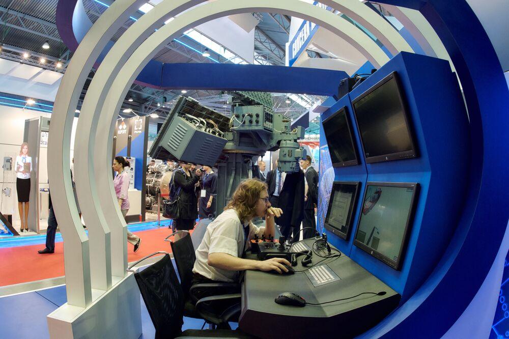 """Pulpit stacji """"Pozytyw-ME1.2"""" na stoisku firmy """"Rosoboroneksport"""" na Międzynarodowym Salonie Morskiej Techniki Wojskowej w Sankt Petersburgu"""