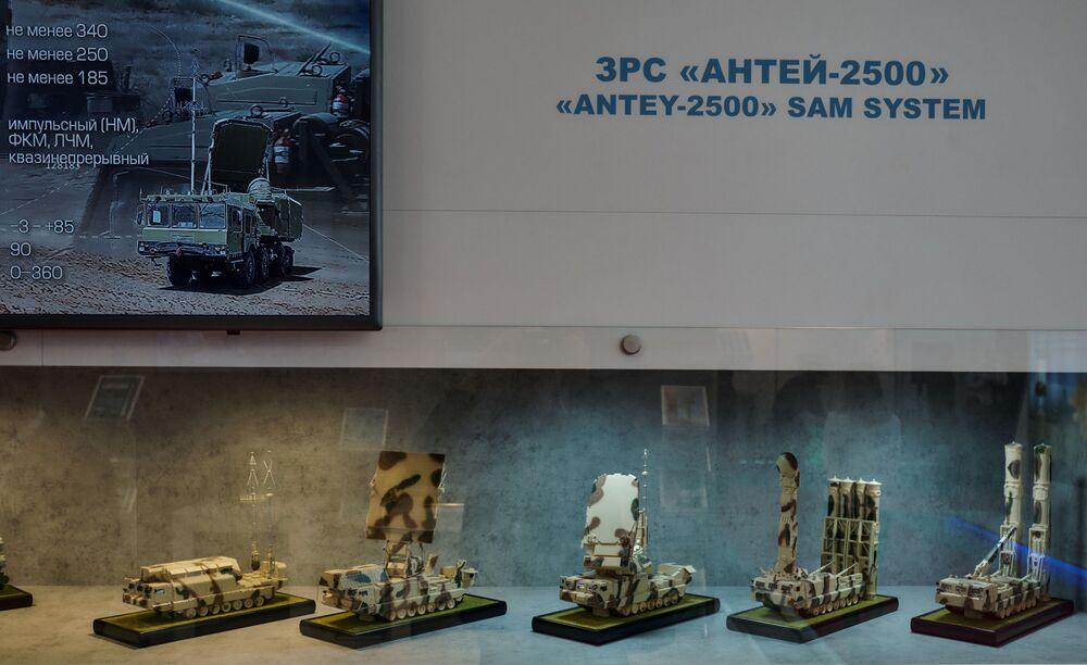"""Modele przeciwlotniczych systemów rakietowych na stoisku koncernu PWO """"Almaz-Antej"""" na Międzynarodowym Salonie Morskiej Techniki Wojskowej w Sankt Petersburgu"""