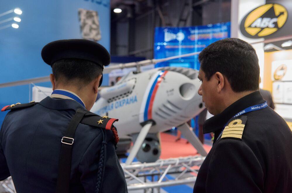 """Goście oglądają bezzałogowy statek powietrzny """"Horyzont"""" na Międzynarodowym Salonie Morskiej Techniki Wojskowej w Sankt Petersburgu"""