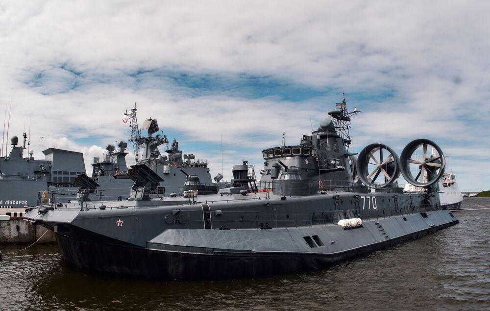 """Mały okręt desantowy na poduszce powietrznej """"Jewgienij Koczeszkow"""" na Międzynarodowym Salonie Morskiej Techniki Wojskowej w Sankt Petersburgu"""