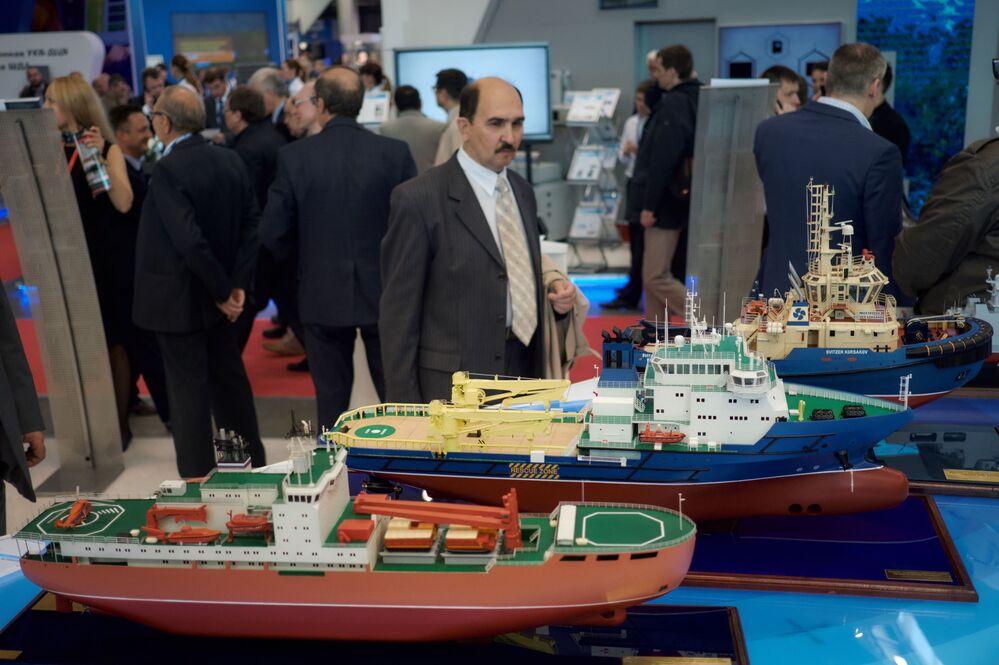 """Modele okrętów na stoisku SA """"Zjednoczona Korporacja Stoczniowa"""" na Międzynarodowym Salonie Morskiej Techniki Wojskowej w Sankt Petersburgu"""