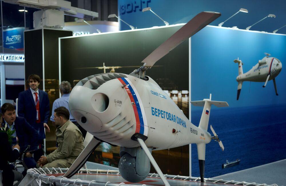 """Goście obok stoiska z bezzałogowym statkiem powietrznym""""Horyzont"""" na Międzynarodowym Salonie Morskiej Techniki Wojskowej w Sankt Petersburgu"""