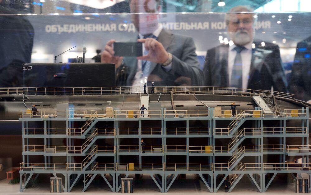 """Model na stoisku SA """"Zjednoczona Korporacja Stoczniowa"""" na Międzynarodowym Salonie Morskiej Techniki Wojskowej w Sankt Petersburgu."""