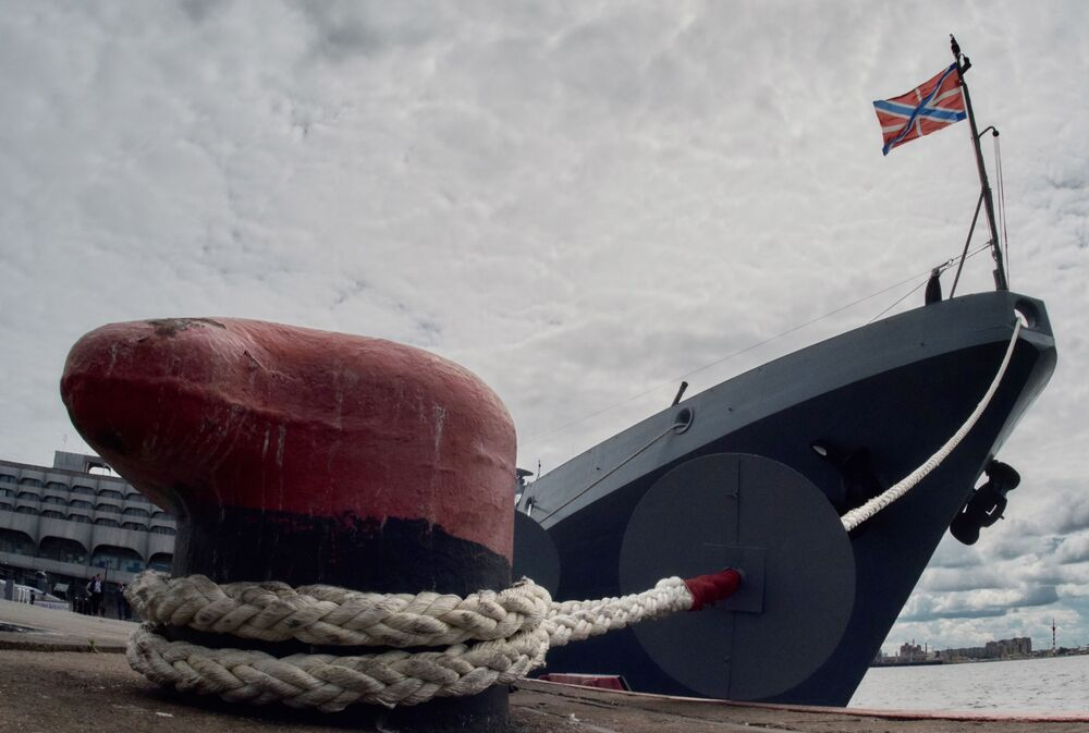 """Fregata """"Admirał Makarow"""" projektu 11356 na Międzynarodowym Salonie Morskiej Techniki Wojskowej w Sankt Petersburgu."""
