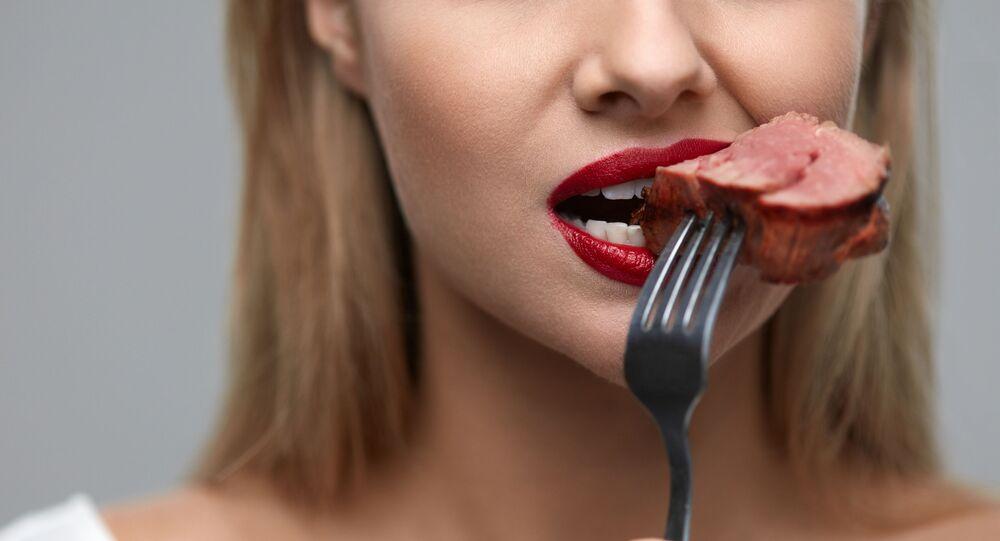 Podczas spożywania mięsa ludzkiego przez człowieka w organizmie zachodzą określona procesy