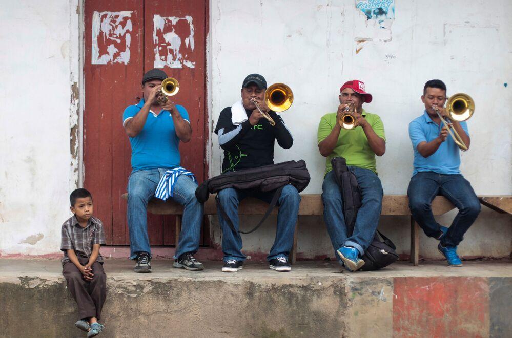 Muzycy grają na ulicy na cześć pogańskiego święta San Juan de Oriente, Nikaragua