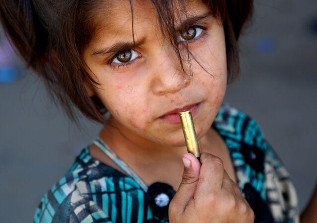 Dziewczynka z nabojem w dłoni niedaleko Rakki