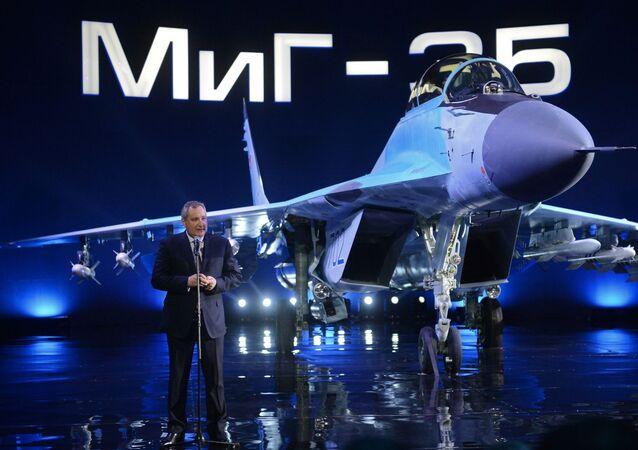 Wiceprzewodniczący rządu rosyjskiego Dmitrij Rogozon występuje na prezentacji MiG-35