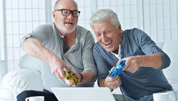 Starsi panowie grają na komputerze - Sputnik Polska