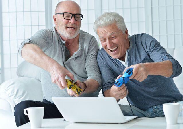 Starsi panowie grają na komputerze