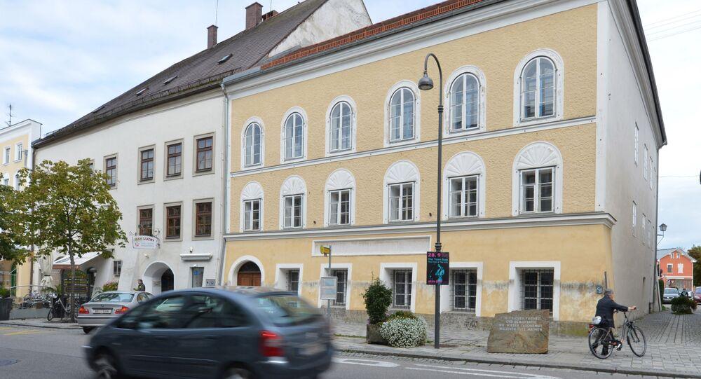 Dom w Braunau nad rzeką Inn w Austrii, w którym urodził się Adolf Hitler