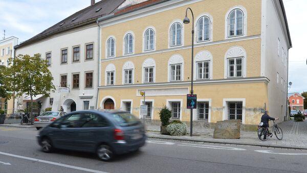 Dom w Braunau nad rzeką Inn w Austrii, w którym urodził się Adolf Hitler - Sputnik Polska