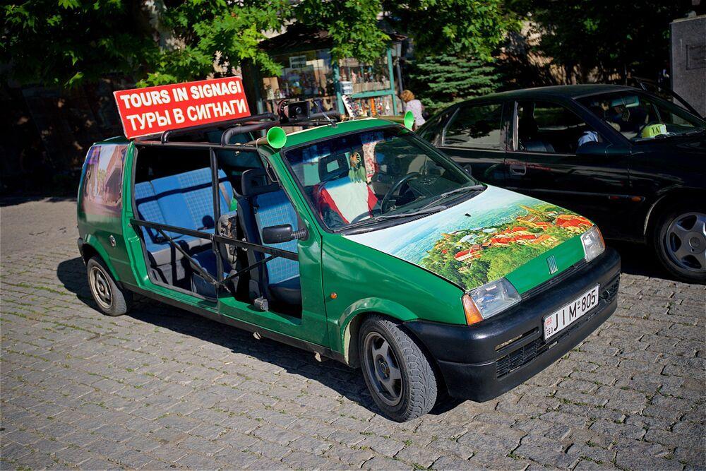 Taksówka na ulicy Sighnaghi