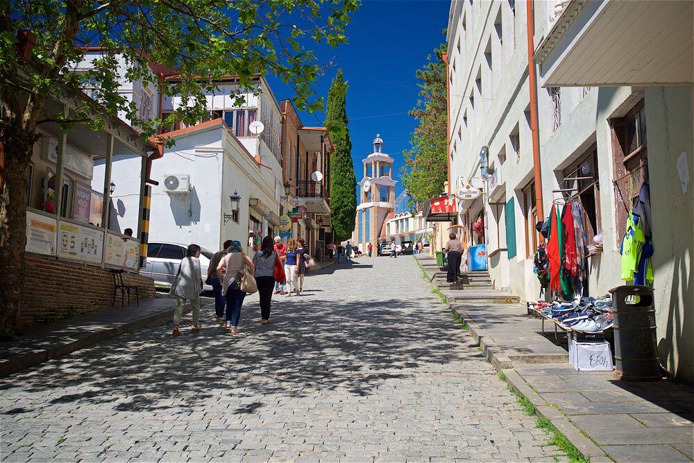 Mieszkańcy miasta i turyści na jednej z ulic Sighnaghi