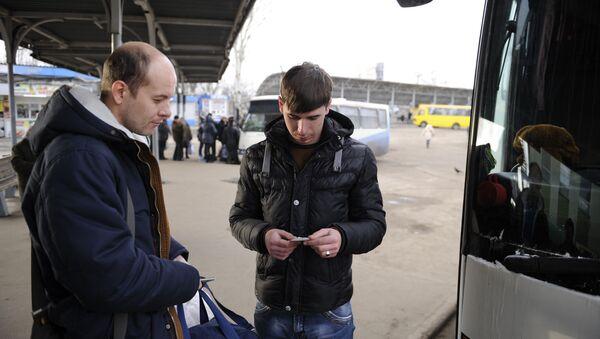 Wejście pasażerów do autobusu relacji Donieck-Moskwa na przystanku w Doniecku - Sputnik Polska