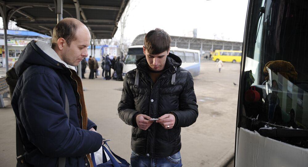 Wejście pasażerów do autobusu relacji Donieck-Moskwa na przystanku w Doniecku