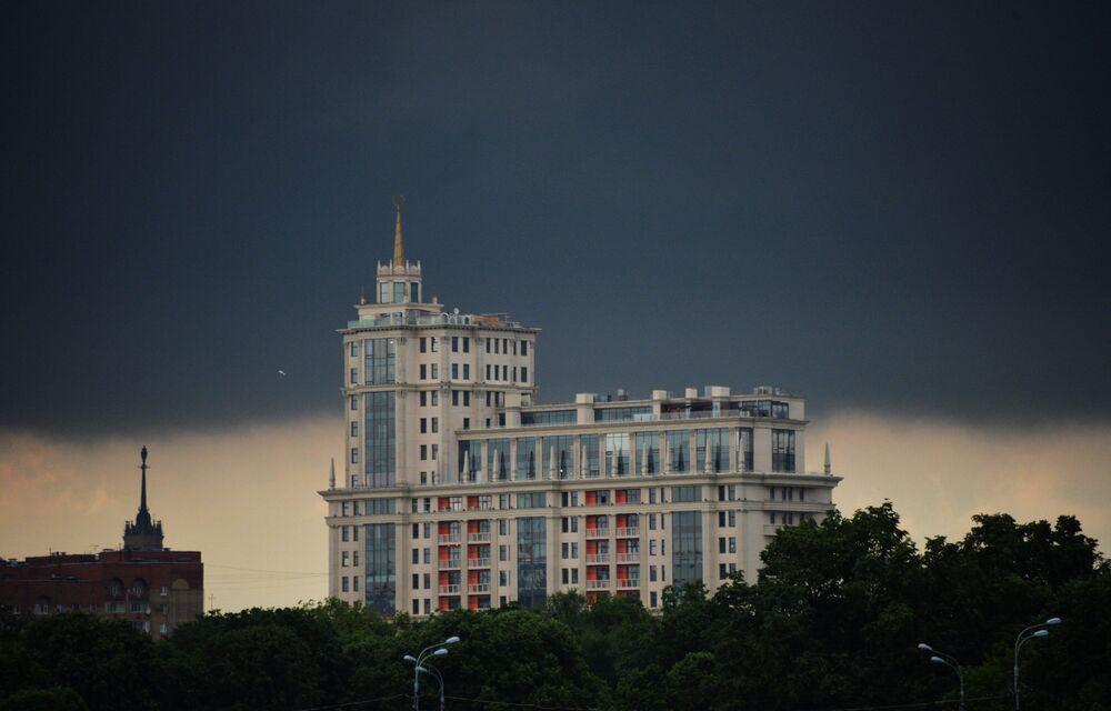 Chmura nad Kompleksem Mieszkaniowym Dom Imperialny przy zaułku Jakimańskim w Moskwie.
