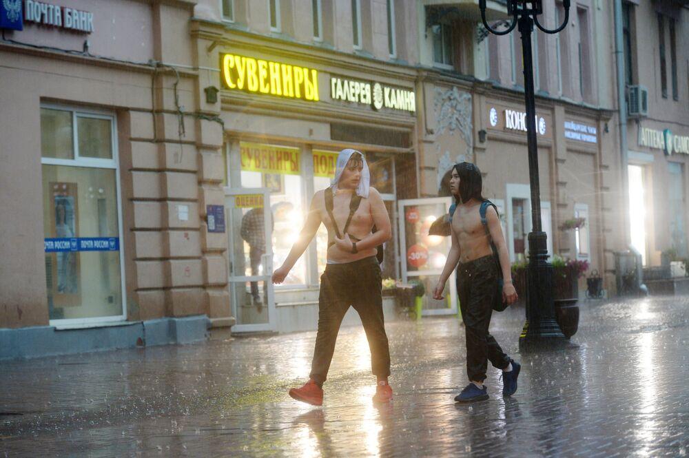 Chłopaki podczas ulewy przy Starym Arbacie w Moskwie.