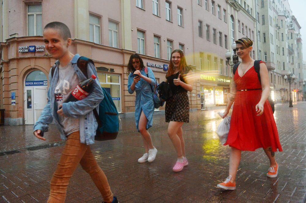 Przechodnie podczas ulewy w Moskwie.