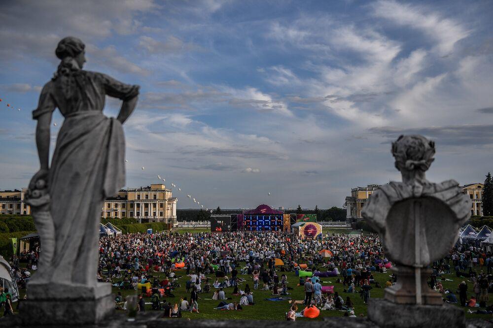 Widzowie podczas XIV Międzynarodowego Festiwalu Usad'ba Jazz w muzeum folwarku Archangielskoje.
