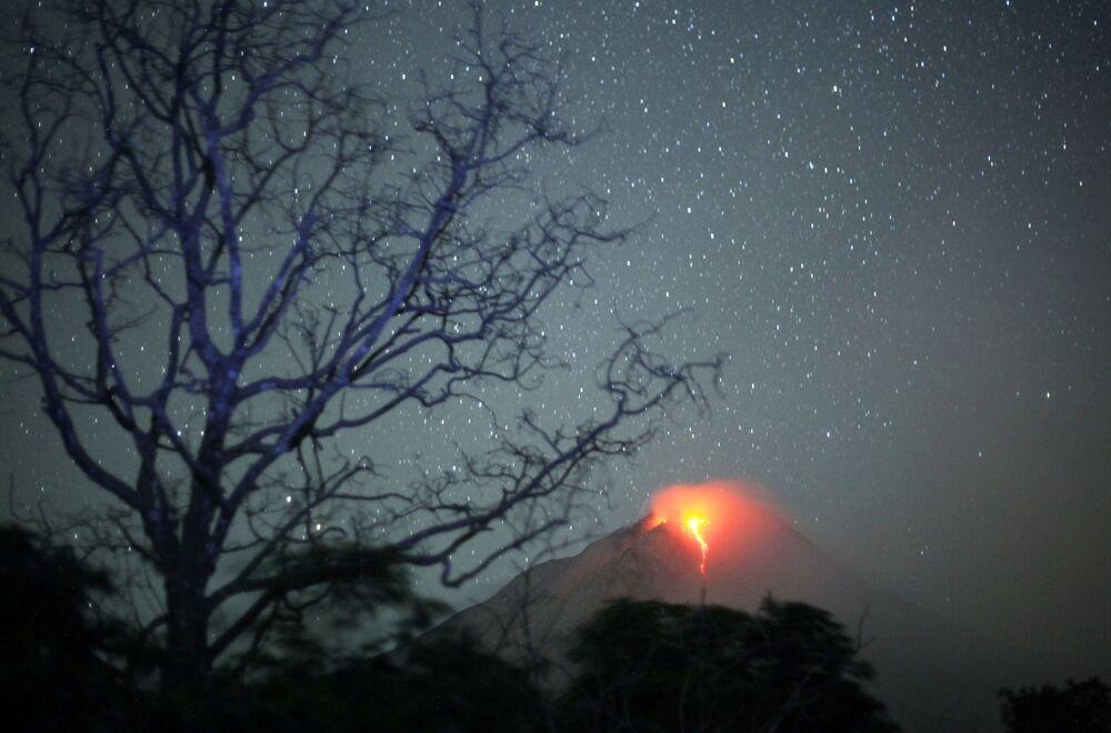 Wulkan Sinabung wyrzuca lawę