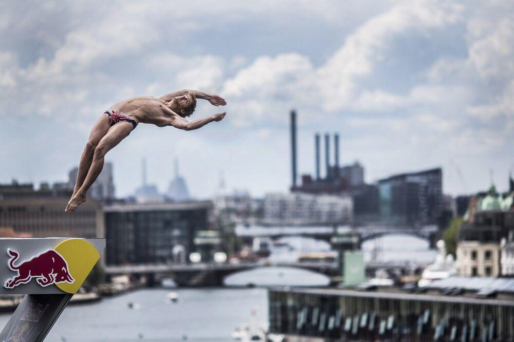 Brytyjski zawodnik Gary Hunt podczas Red Bull Cliff Diving World Series w Kopenhadze