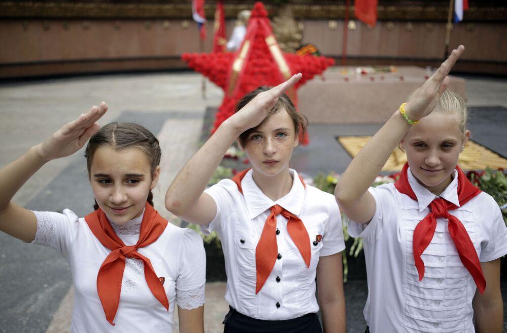 Dziewczyny ubrane jak pionierki podczas 74 rocznicy wybuchu Wielkiej Wojny Ojczyźnianej, Symferopol.