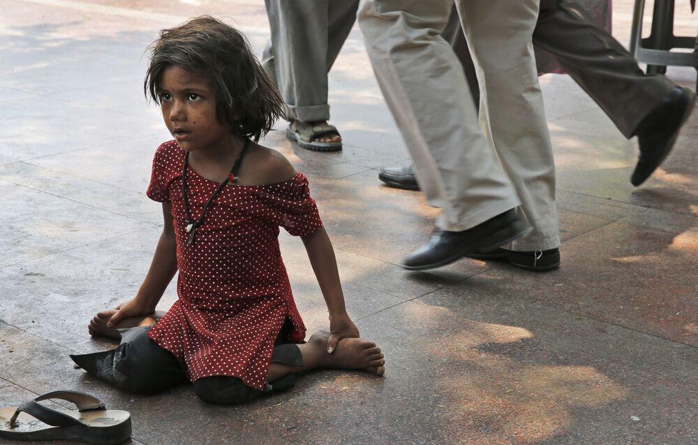 Bezdomna dziewczynka w w Nowym Delhi