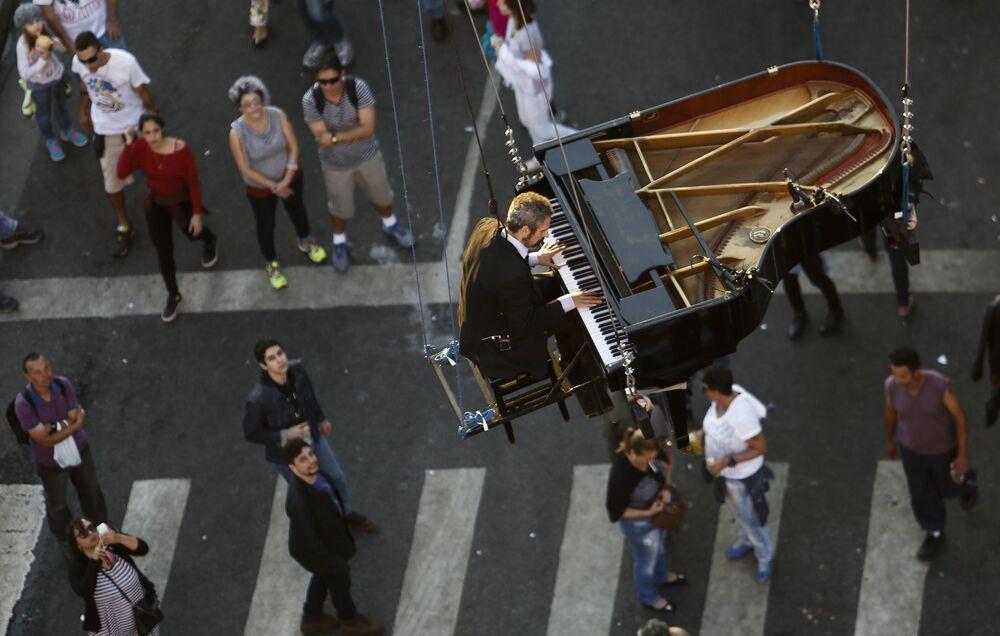 Brazylijski pianista Ricardo de Castro Monteiro gra na fortepianie w powietrzu