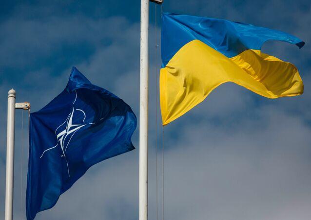 Flaga Ukrainy i flaga Organizacji Sojuszu Północnoatlatyckiego