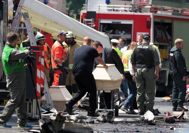 Ratownicy pracujący na miejscu zderzenia autobusu rejsowego z ciężarówką. Bawaria