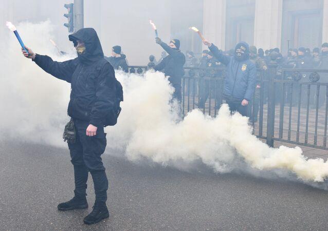 Przedstawiciele organizacji nacjonalistycznych podczas wiecu w centrum Kijowa