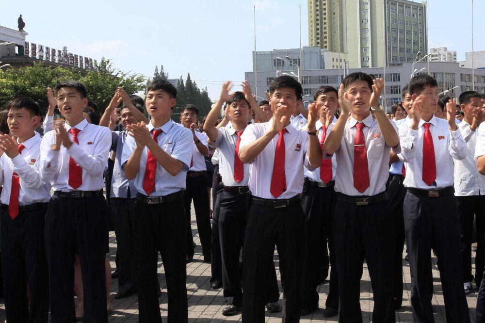 Mieszkańcy na stacji w Pjongjangu podczas oglądania wiadomości o rozpoczęciu wystrzału pocisków balistycznych w Korei Północnej