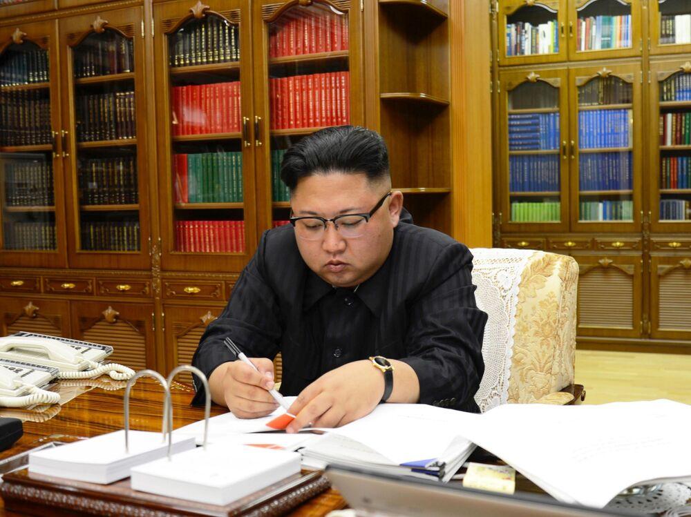 Przywódca Korei Północnej Kim Dzong Un podczas podpisywania dekretu o uruchomieniu pocisku balistycznego Hwasong-14