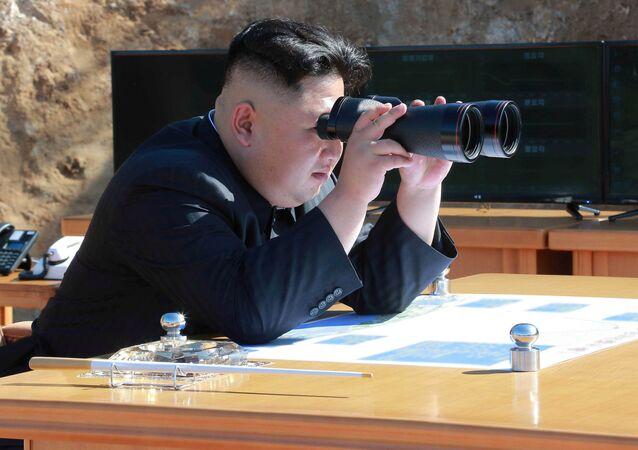 Kim Dzong Un podczas wystrzału pocisku batalistycznego Hwasong-14 w Pjongjangu