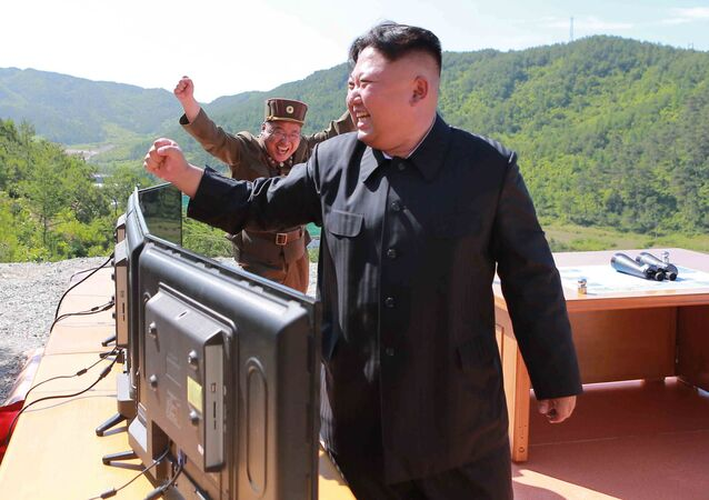 Kim Dzong Un podczas wystrzału pocisku balistycznego Hwasong-14 w Pjongjangu