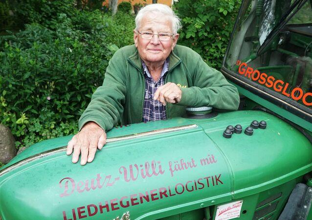 Niemiecki emeryt Winfried Langner podróżujący traktorem z Niemiec do Rosji