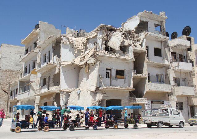 Zniszczony budynek w syryjskim mieście Idlib