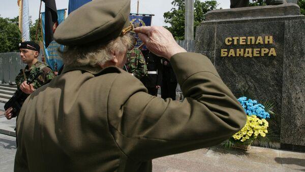 Weterani UPA podczas obchodów Dnia Bohaterów pod pomnikiem Stepana Bandery w centrum Lwowa - Sputnik Polska