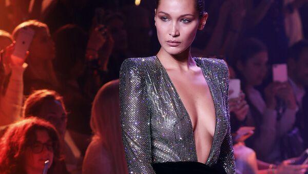 Modelka Bella Hadid na pokazie projektanta Alexandre Vauthier - Sputnik Polska