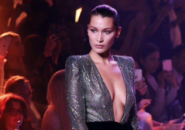 Modelka Bella Hadid na pokazie projektanta Alexandre Vauthier