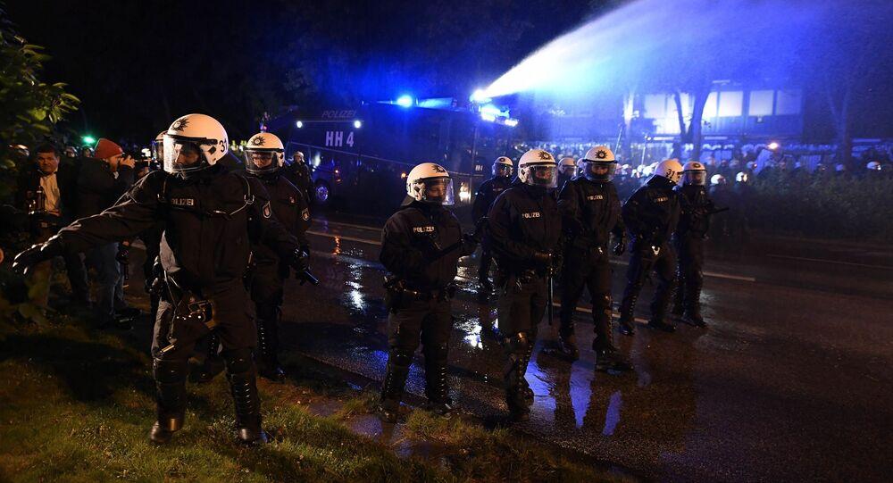 Policja użyła armatek wodnych przeciwko demonstrantom w Hamburgu, 04.07.2017