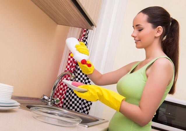Kobieta myjąca naczynia